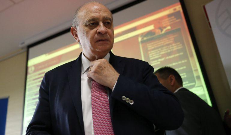 El ministro del Interior en funciones, Jorge Fernández Díaz, durante el curso de verano de la Universidad Complutense 'Terrorismo Internacional: análisis de la radicalización y estrategias para la prevención', en el que expertos antiterroristas y del mundo árabe analizan la amenaza yihadista y la radicalización.