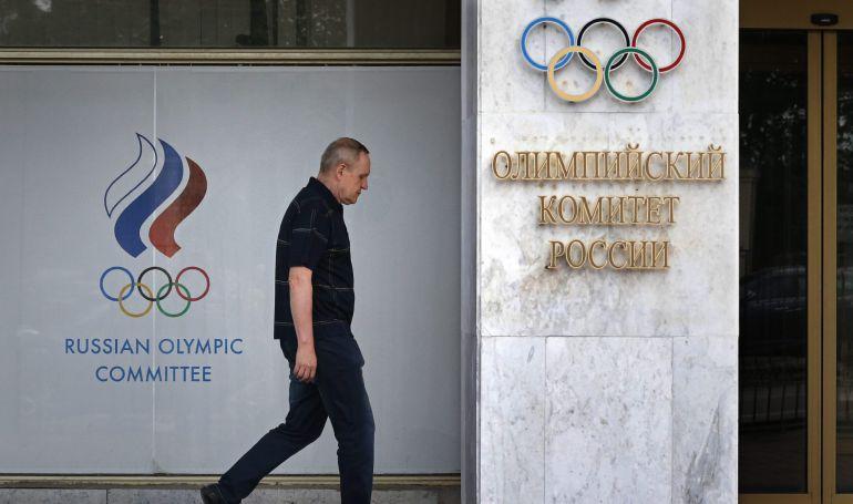 Un hombre camina junto a la sede del Comité Olímpico de Rusia