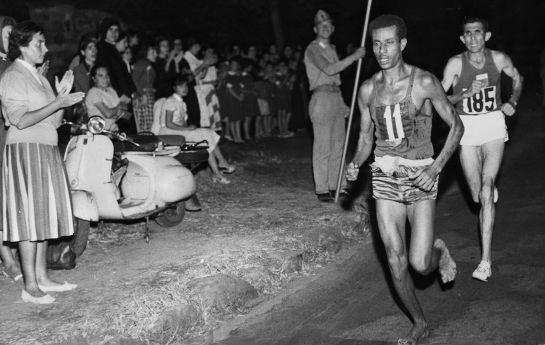 Abebe Bikila durante la maratón que ganó descalzo