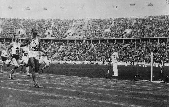 Jesse Owens gana el oro en Berlín