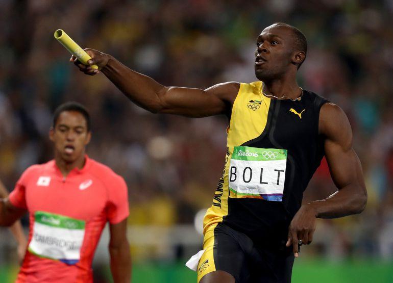 Usain Bolt cruza la meta en la carrera de 4x100 relevos