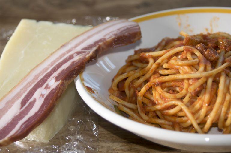 Los espaguetis a la amatriciana llevan 'guanciale', nuestro tocino de papada.