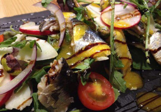 Endalada de sardinas marinadas con vinagreta de higo chumbo.
