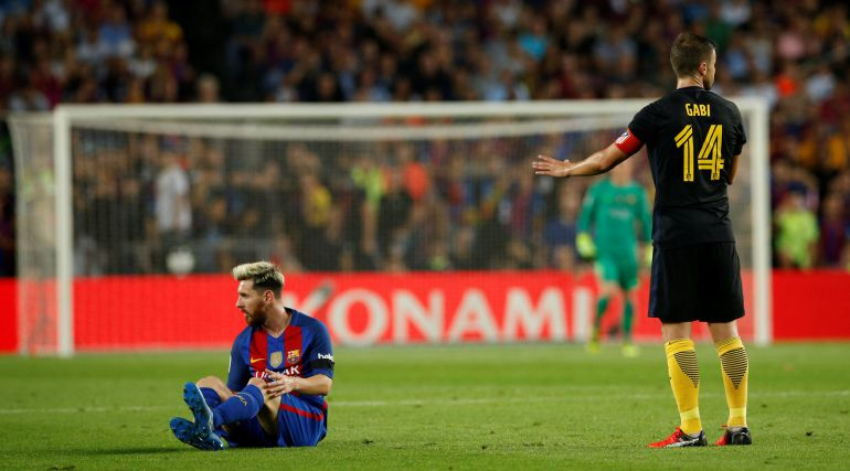 Messi sentado tras caer lesionado