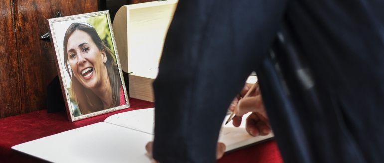 Un hombre firma en el libro de condolencias durante el funeral de María Villar, la joven vizcaína sobrina del presidente de la RFEF que fue secuestrada y asesinada en México.
