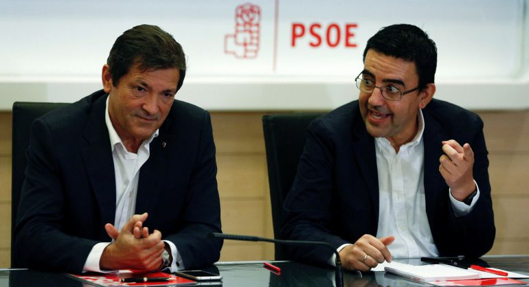 El presidente de la comisión gestora del PSOE, Javier Fernandez, (a la izquierda), junto al portavoz de la misma, Mario Jiménez