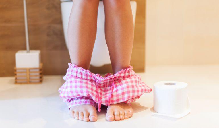 Tirar de la cadena correctamente y otras formas de evitar los gérmenes en el baño