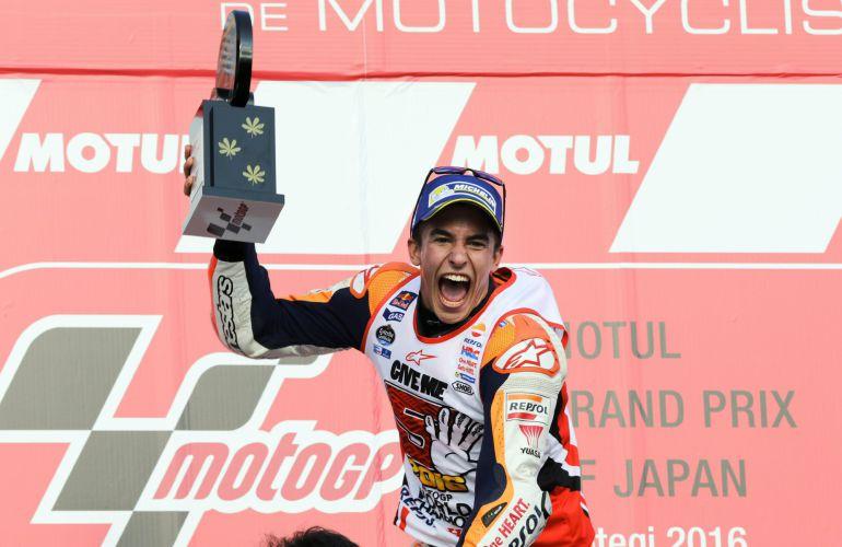 El piloto español de Repsol Honda, Marc Márquez, celebra la victoria y el título mundial de Moto GP