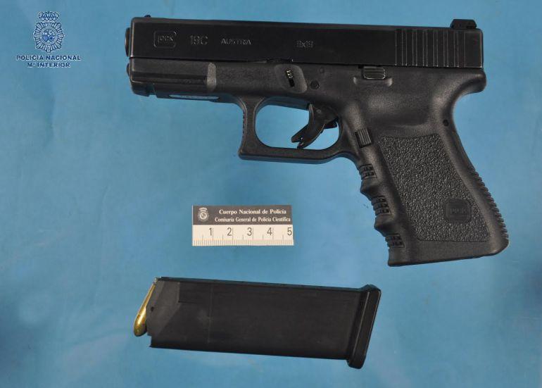 Arma incautada con la que presuntamente se realizaron los disparos.