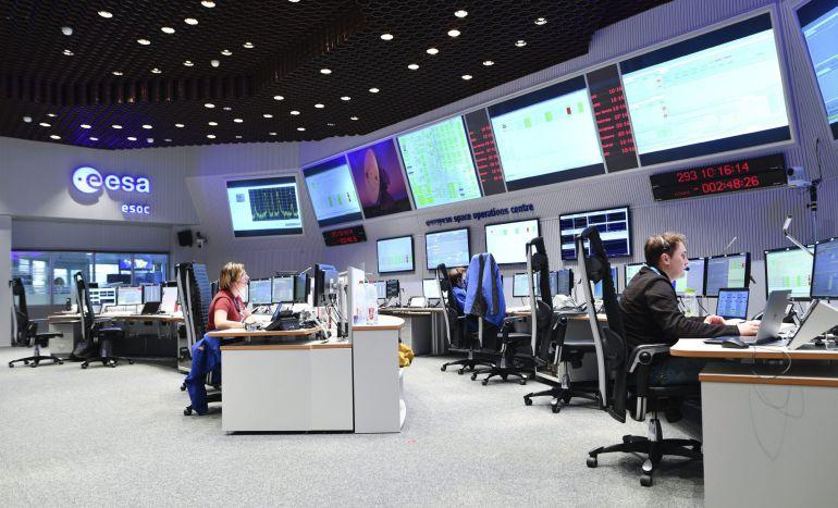 """Varios empleados controlan las pantallas en el centro de control de la misión """"ExoMars"""" de la Agencia Espacial Europea (ESA) en Darmstadt (Alemania) hoy, 19 de octubre de 2016."""