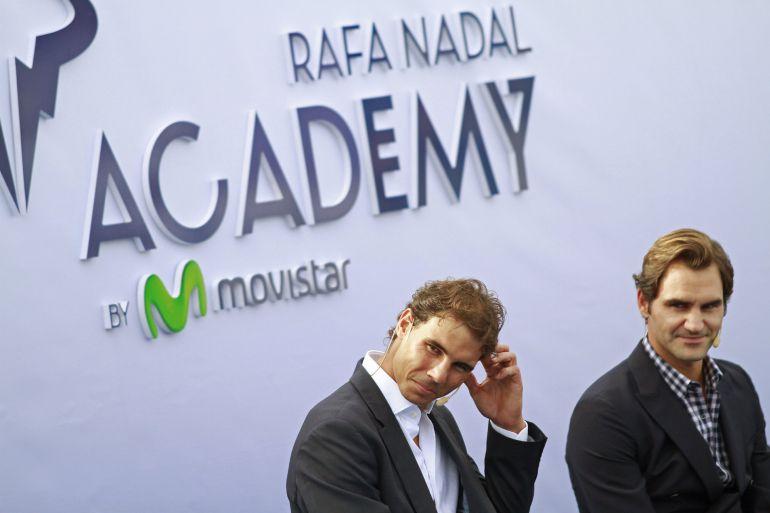 Nadal y Federer posan durante la inauguración oficial del centro Rafa Nadal Academy by Movistar