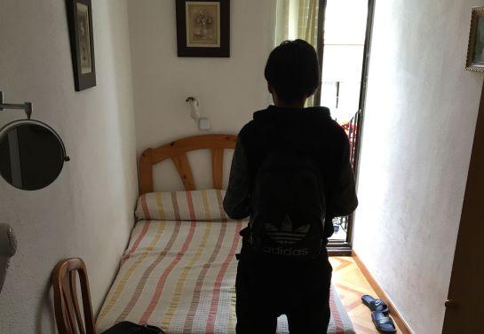 Uno de los menores que reside en un hostal