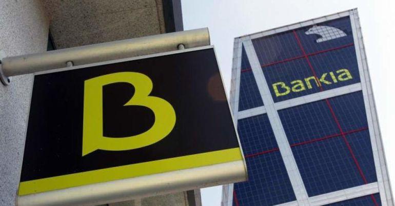 Una oficina de Bankia ante la sede central de la entidad