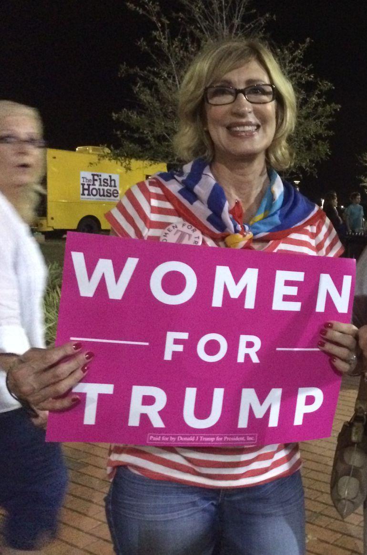 Katherine Parker mostrando un cartel de apoyo de las mujeres a Donald Trump