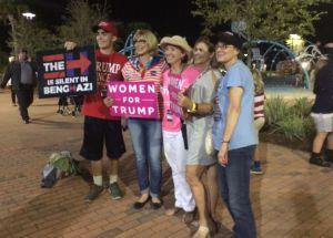 Katherine con un grupo de amigas seguidoras del repubicano