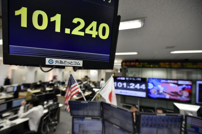 Vista de un monitor con la tasa del yen ante el dólar en una agencia de corredores de Tokio.
