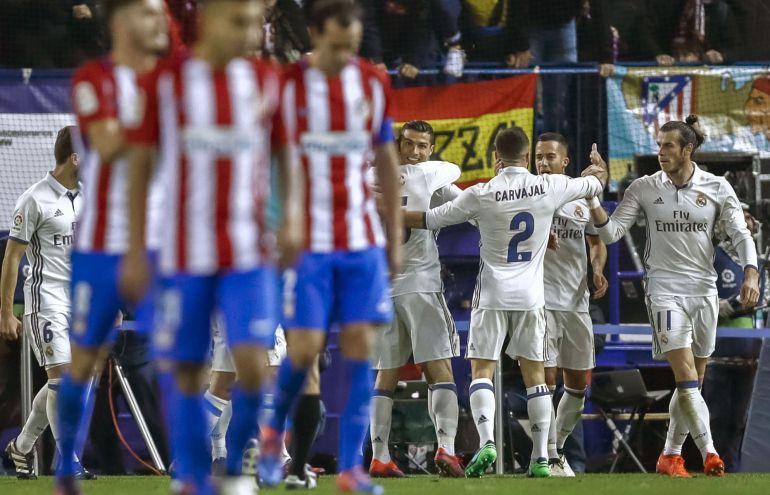 Los jugadores del Real Madrid celebran uno de sus goles al Atlético.