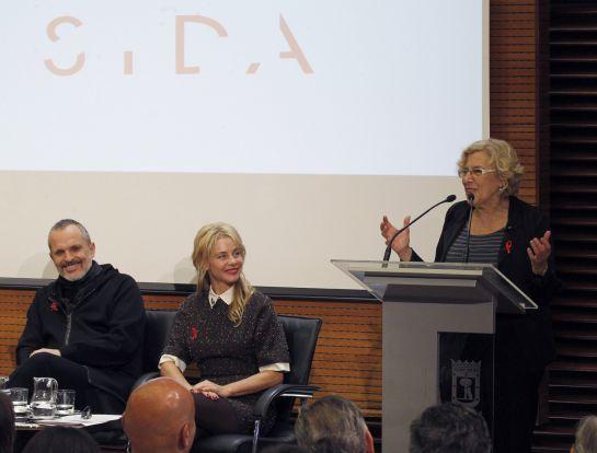 La alcaldesa de Madrid, Manuela Carmena (d), en presencia del cantante Miguel Bosé (i), y la actriz Belén Rueda (c).