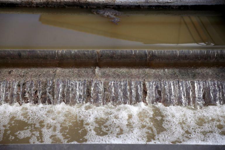Detalle de tratamiento de aguas residuales en la Estación Depuradora de Aguas Residuales (EDAR) de Archena (Murcia). Los Objetivos de Desarrollo Sostenible incluyen la meta de lograr para el año 2030 el acceso universal a servicios adecuados de saneamiento e higiene.