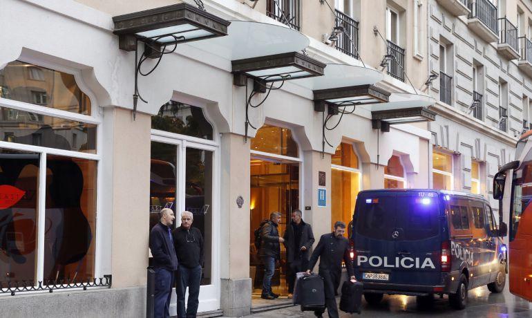Un furgón de la Policía Nacional permanece a las puertas del hotel de Madrid donde ha fallecido la senadora y exalcaldesa de Valencia Rita Barberá, tras sufrir un infarto.