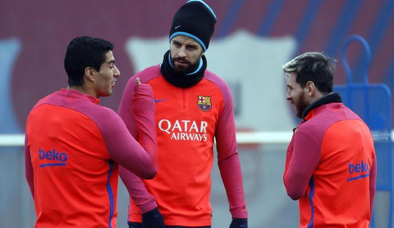 Gerard Piqué, Luis Suárez y Leo Messi, durante un entrenamiento
