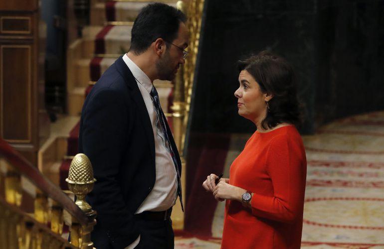 La vicepresidenta del Gobierno, Soraya Sáenz de Santamaría, conversa con el portavoz parlamentario socialista, Antonio Hernando.