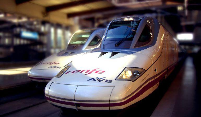 Dos trenes AVE en una estación.