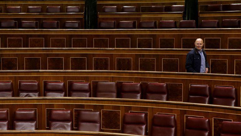 Un visitante observa los escaños de los diputados en el hemicíclo del Congreso de los Diputados que hoy celebra su jornada de Puertas Abiertas