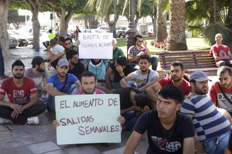 """Concentración de inmigrantes sirios en la plaza de España de Melilla para solicitar su """"salida inmediata"""" de la ciudad autónoma con el traslado hacia Europa, ya que ese es el objetivo por el que huyeron de su país."""