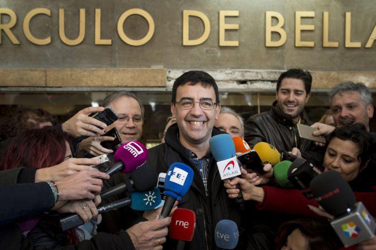 El portavoz de la gestora del PSOE, Mario Jiménez, hace declaraciones antes de participar en la manifestación