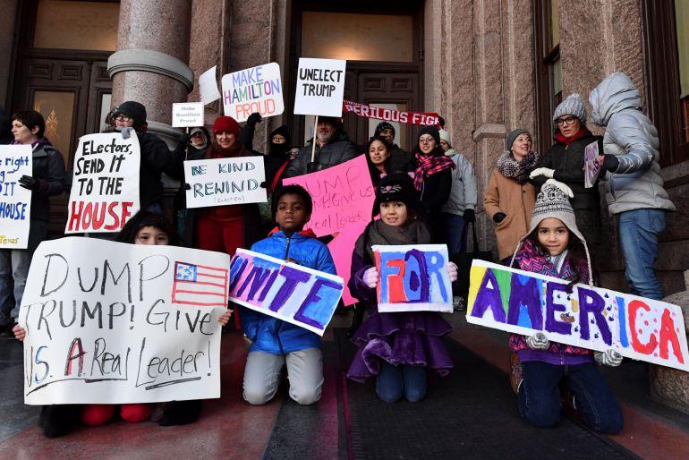 Activistas manifestandose frente al Capitol de Texas antes de la reunión del Colegio electoral hoy.