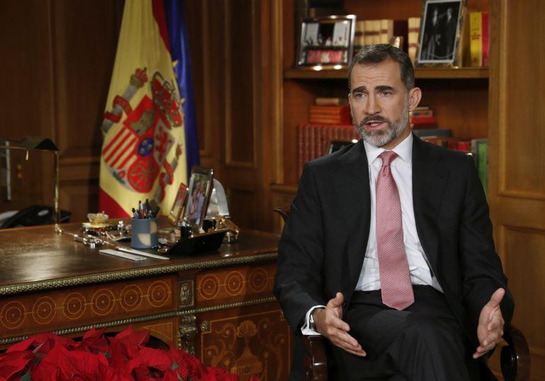 El rey Felipe VI pronuncia el tradicional mensaje de Navidad, el tercero desde que relevó a su padre, Juan Carlos, al frente de la jefatura de Estado en junio de 2014.