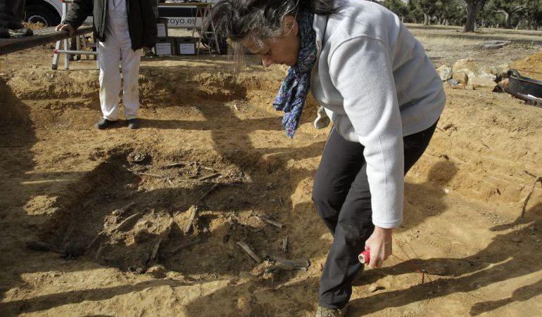 La Asociación Salamanca por la Memoria y la Justicia ha exhumado esta semana una fosa común con los restos de cuatro personas desaparecidas en agosto de 1936, todos ellos jornaleros procedentes de la localidad de Vecinos que fueron detenidos y asesinados en una finca cercana al pueblo.