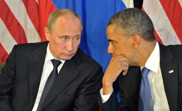 Foto de archivo tomada el 18 de junio de 2012 del presidente estadounidense, Barack Obama (dcha), mientras conversa con su homólogo ruso, Vladímir Putin