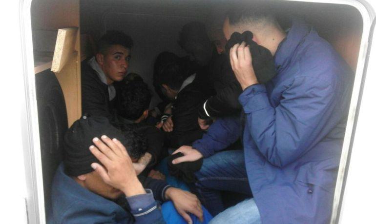 Algunos de los inmigrantes encontrados en la autocaravana.