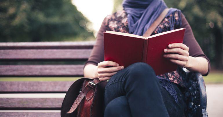 Las mujeres adultas con estudios y que viven en ciudades son las personas que más leen en nuestro país.