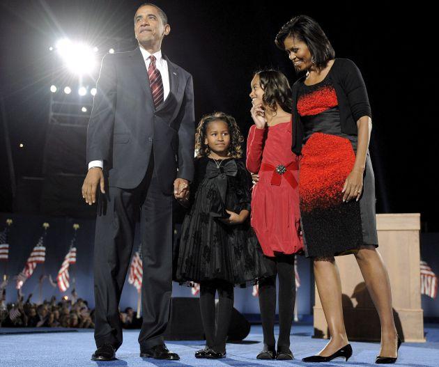 Barack Obama, junto a sus hijas Malia (de rojo) y Natasha, y a su esposa, Michelle en el Grant Park de Chicago.