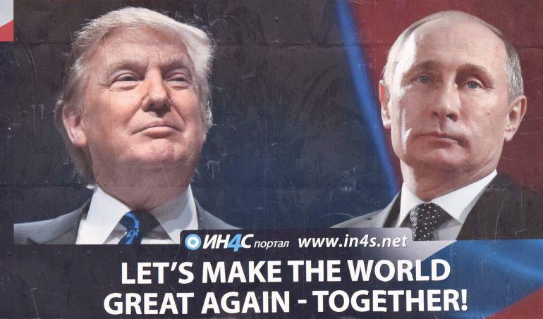 Un cartel de un partido proserbio muestra la imagen del presidente electo de Estados Unidos Donald Trump y el presidente de Rusia Vladimir Putin en Danilovgrad (Montenegro).
