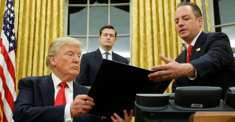 El presidente de Estados Unidos Donald Trump firma la orden ejecutiva para desmontar la Reforma Sanitaria de Obama.