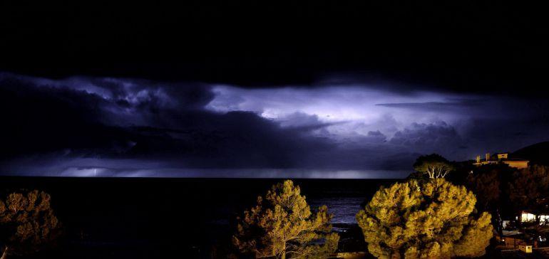 Tormenta destructiva registrada en la isla de Mallorca y que ha obligado a activar la alerta naranja por lluvias que pueden alcanzar una precipitación de 100 litros por metro cuadrado y vientos de 120 kilómetros por hora.