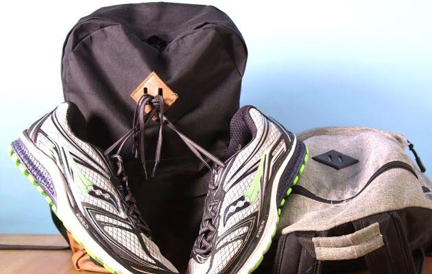 Para qué sirve el cuadrado con dos ranuras que tienen algunas mochilas