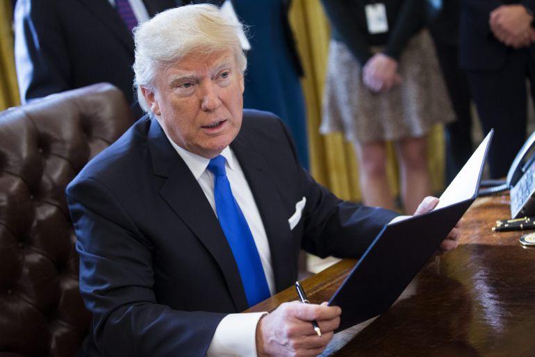 El presidente de EEUU, Donald Trump tras la firma de dos órdenes ejecutivas para resucitar los polémicos proyectos de los oleoductos Keystone XL y Dakota Access durante un acto en la Casa Blanca.