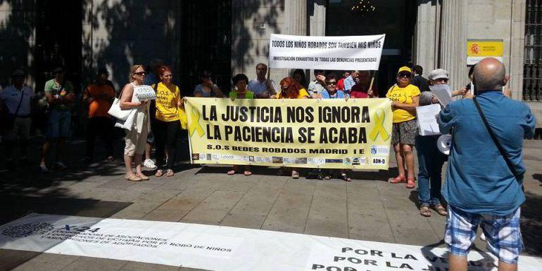Manifestación de afectados por el robo de bebés en Madrid