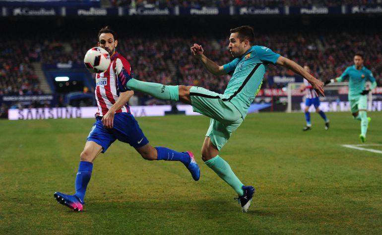 Jordi Alba despeja la pelota ante la presencia de Juanfran