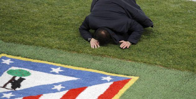Simeone se lamenta sobre el césped del Calderón