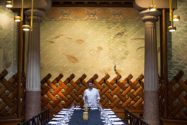 """El cocinero Martín Berasategui posa durante la presentación hoy en Barcelona del nuevo menú degustación, """"Un viaje por el Modernismo""""."""