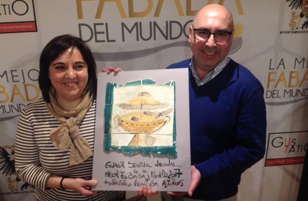 Los responsables de Casa Menéndez, con el trofeo.