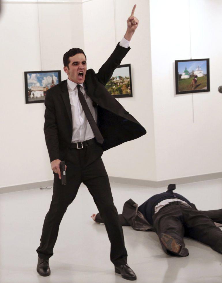 Imagen tomada por Burhan Ozbilici después de que el agente de policía Mevlut Mert Altintas disparase al embajador ruso en Turquía, Andrey Karlov.