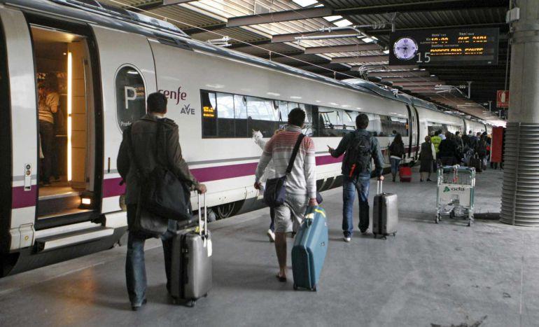 Viajeros a punto de subir a un tren de alta velocidad de Renfe