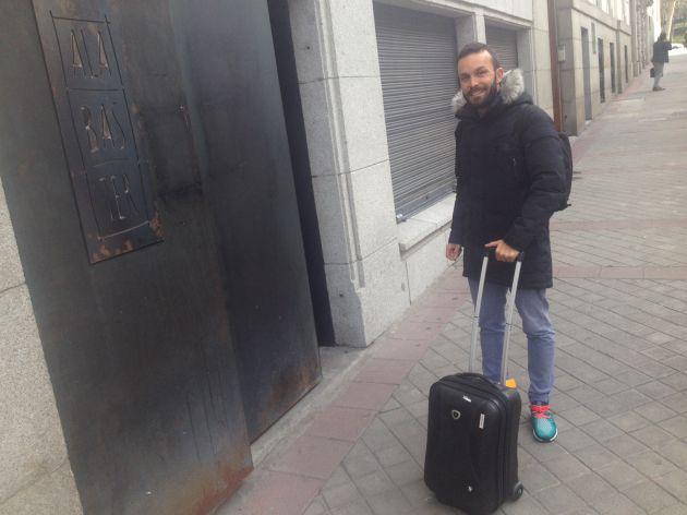 Iván Domínguez, frente a puerta de Alabaster.